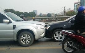 Vượt ẩu trên cầu vượt Láng Hạ, Ford Escape đâm nát đầu Toyota Camry