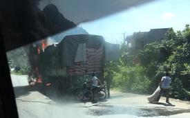 Lạng Sơn: Xe tải chở hàng cháy ngùn ngụt