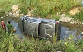 """Quảng Ninh: """"Vua bán tải"""" Ford Ranger mới mua lao xuống kênh"""