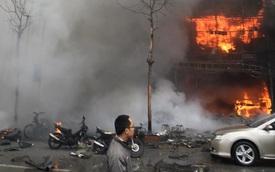 """4 nhà cháy trên phố Trần Thái Tông, Toyota Camry bị """"vạ lây"""""""