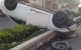 Gia Lai: Xế hộp đâm vào dải phân cách rồi lật ngửa giữa đường
