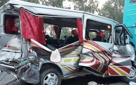 Nghệ An: Xe du lịch tông xe khách biến dạng, 11 người nhập viện