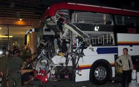 Ôtô khách húc đuôi xe tải, hàng chục người kêu cứu