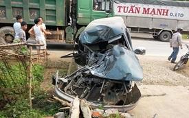 Xe con biến dạng kỳ dị sau cú đấu đầu xe tải