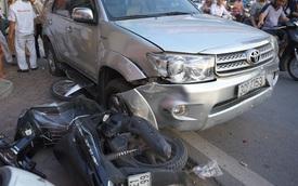 Hà Nội: Toyota Fortuner đâm 9 xe máy tại ngã tư đèn đỏ