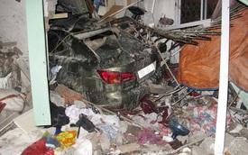 Nửa đêm Lexus chui tọt nhà dân, 6 người thương vong