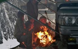 Hàng trăm ô tô, tài xế và người dân bị kẹt trên đèo Ô Quy Hồ
