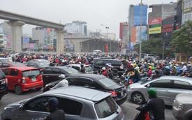 Đường phố Hà Nội tắc nghẽn trong ngày đi làm đầu tiên của năm