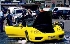 """""""Thánh nhọ"""" đứng nhìn Ferrari bốc cháy, tiền và laptop bị ăn trộm cùng lúc"""
