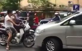 Hà Nội: Toyota Innova chạy lấn làn, bị người đi xe máy chặn đầu
