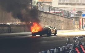 """""""Nẹt pô"""" khi dừng đèn đỏ, siêu xe Lamborghini mui trần bốc cháy"""