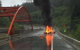 Cơn mưa lớn không thể ngăn siêu xe Lamborghini cháy như đuốc