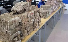 """""""Trọc phú"""" mang nửa tấn tiền giấy lẻ đi mua ô tô"""
