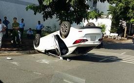 Sài Gòn: 2 cô gái lái xe Mazda đâm nhau, 1 ô tô lật ngửa