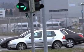 """Mercedes-Maybach S600 Pullman như """"gã khổng lồ"""" so với Volkswagen Golf"""