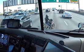 """Xe tải làm lá chắn cho nữ biker loay hoay với chiếc mô tô """"chết máy"""""""