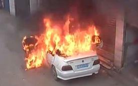 Bị trẻ con ném pháo vào trong, ô tô cháy trơ khung