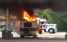 Sạc điện thoại gây cháy ô tô tại cây xăng, 3 trẻ nhỏ kẹt bên trong