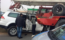 Mitsubishi Pajero Sport đâm vào xe cẩu, người lái kẹt bên trong