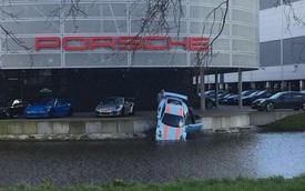 Kỹ thuật viên Porsche khiến 911 GT3 RS mới rơi xuống kênh nước