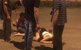 Hà Nội: Trèo rào sang đường bắt ô tô khách, cô gái bị xe máy đâm trúng