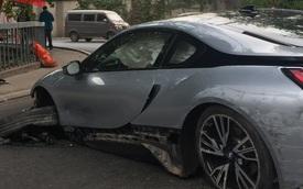 Ôm cua tốc độ cao, BMW i8 đâm vào dải ta-luy, gãy trục