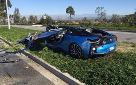 BMW i8 xanh ngọc nát bét vì bị xe trộn xi măng đổ vào
