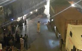 Ô tô tải lùi ẩu, một phụ nữ ngã ra đường, bị xe container cán chết