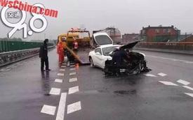 """Siêu xe Ferrari F12 Berlinetta """"toác đầu"""" vì đâm vào barrier"""