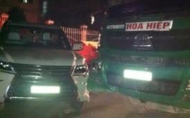 SUV hạng sang Lexus LX570 2016 va chạm với xe tải chở đất, vỡ đèn