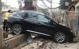 Hà Nội: Lexus RX350 đâm đổ tường tại cửa hàng rửa xe