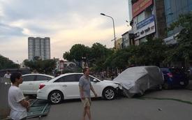 """Hà Nội: Xế hộp """"mới toanh"""" gây tai nạn liên hoàn khi vừa rời showroom"""