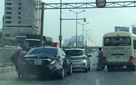 Xe khách luồn lách trên đường trên cao, đâm vào đuôi Mercedes-Benz S500