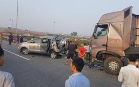 Chạy lùi trên cao tốc Hà Nội - Thái Nguyên, Toyota Innova 2016 bị xe container đâm bẹp dúm