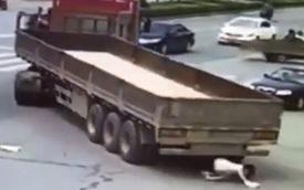 Cô gái đi xe đạp điện bò ra khỏi gầm xe container, thoát chết thần kỳ