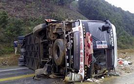 Yên Bái: Xe khách tránh ô tô tải, lật ngang đường