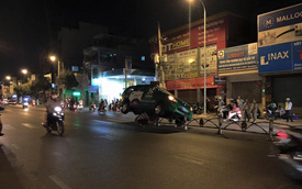 """Sài Gòn: Taxi 7 chỗ """"làm xiếc"""" trên dải phân cách"""