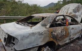 Đổ đèo tại Bắc Kạn, Toyota Camry cháy trơ khung