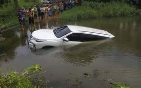 Cư dân mạng xôn xao với hình ảnh Toyota Fortuner 2016 chìm dưới nước