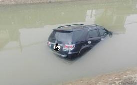 """Nam Định: """"Thánh lật"""" Toyota Fortuner lao xuống kênh nước, ngập một nửa"""