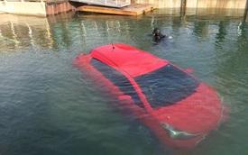 Đi theo hệ thống định vị GPS, cô gái lao Toyota Yaris xuống hồ