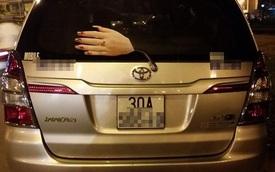 """Cần gạt kính chắn gió """"kinh dị"""" của chiếc Toyota Innova tại Hà Nội"""