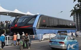 Xe buýt chở 1.200 người lần đầu tiên chạy trên đường phố