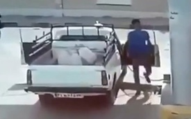 Xe bán tải bất ngờ phát nổ tại cây xăng