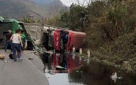 Hòa Bình: Xe bồn đâm xe khách, dầu chảy lênh láng trên đèo