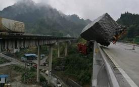 Xe container đâm vào thành cầu, tài xế treo lơ lửng trên cao