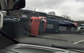 Xe đầu kéo chở 9 chiếc siêu xe bị lật