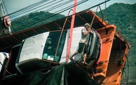 Xe đầu kéo chở Ford Ranger và Toyota Yaris lật dưới hồ tại Khánh Hòa