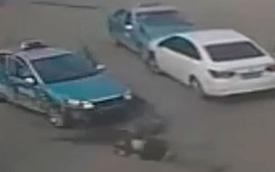 """Va chạm giao thông, """"xe điên"""" cố tình đâm 2 người"""