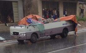 Thanh Hóa: Va chạm với xe ben, ô tô khách bị cắt làm đôi
